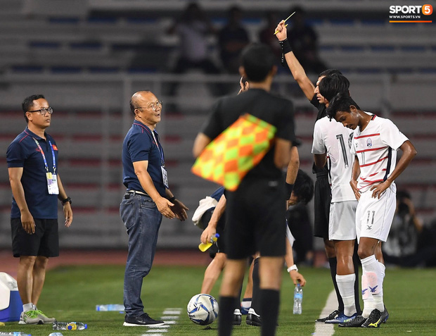 Trọng Hoàng bị phạm lỗi thô bạo, cầu thủ Campuchia vẫn lao vào trọng tài như muốn ăn tươi nuốt sống - Ảnh 13.
