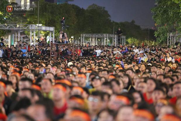 Ảnh: Phố đi bộ Nguyễn Huệ đông nghẹt chưa từng thấy, hàng ngàn CĐV Việt Nam hò reo sung sướng, tiếp lửa cho U22 Việt Nam hạ Campuchia - Ảnh 2.