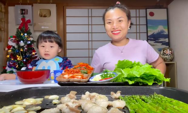 """Dân mạng """"chê"""" loạt vlog ở Việt Nam của mẹ con Quỳnh Trần - bé Sa vì quá ồn ào, phải về Nhật Bản thì mới lấy lại phong độ - Ảnh 4."""