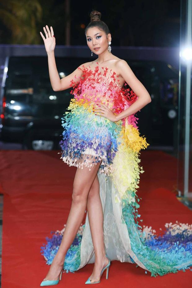 Thảm đỏ chung kết Hoa hậu Hoàn vũ: MC Hoàng Oanh sánh đôi bên chồng Tây, Thanh Hằng, Vũ Thu Phương khoe sắc vóc bên dàn mỹ nhân Vbiz - Ảnh 1.