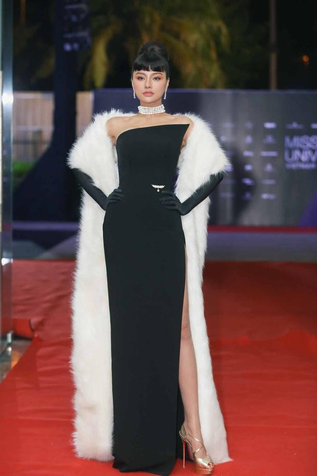 Thảm đỏ chung kết Hoa hậu Hoàn vũ: MC Hoàng Oanh sánh đôi bên chồng Tây, Thanh Hằng, Vũ Thu Phương khoe sắc vóc bên dàn mỹ nhân Vbiz - Ảnh 2.