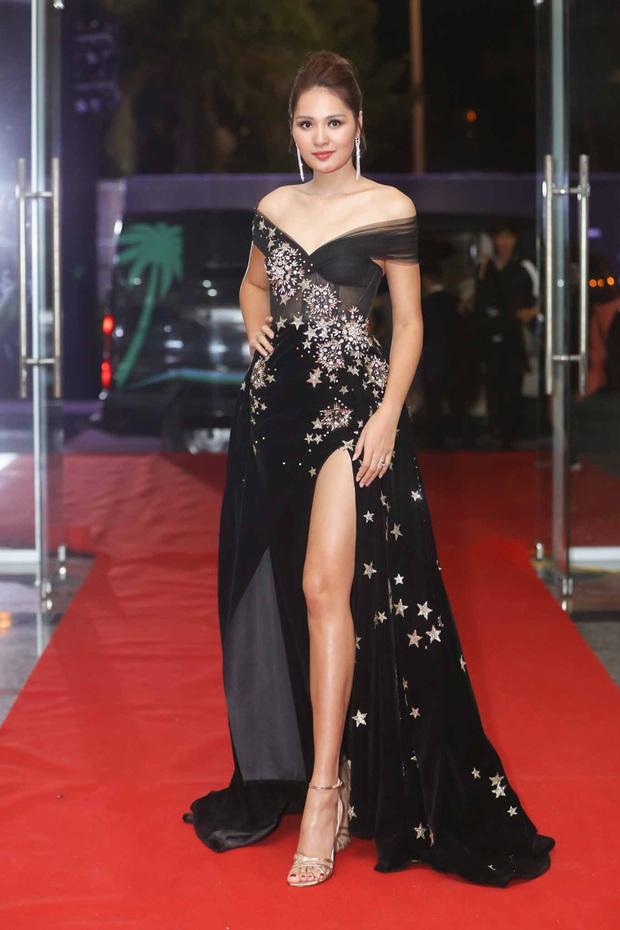 Thảm đỏ chung kết Hoa hậu Hoàn vũ: MC Hoàng Oanh sánh đôi bên chồng Tây, Thanh Hằng, Vũ Thu Phương khoe sắc vóc bên dàn mỹ nhân Vbiz - Ảnh 4.