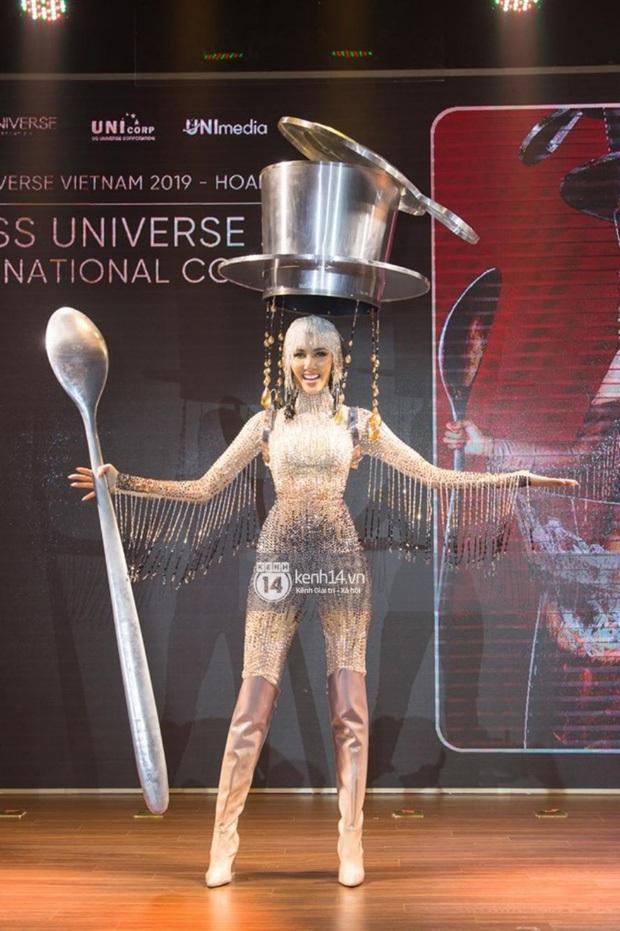 """Hoàng Thùy tự tin trình diễn Quốc phục """"Cafe phin sữa đá cực độc đáo trên sân khấu bán kết Miss Universe 2019 - Ảnh 3."""