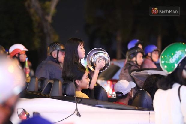 Chùm ảnh: CĐV Hà Nội và Sài Gòn reo hò, kéo nhau ra đường ăn mừng đội tuyển U22 Việt Nam tiến thẳng vào chung kết SEA Games 30 - Ảnh 4.