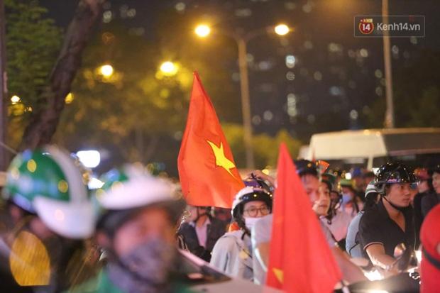 Chùm ảnh: CĐV Hà Nội và Sài Gòn reo hò, kéo nhau ra đường ăn mừng đội tuyển U22 Việt Nam tiến thẳng vào chung kết SEA Games 30 - Ảnh 1.