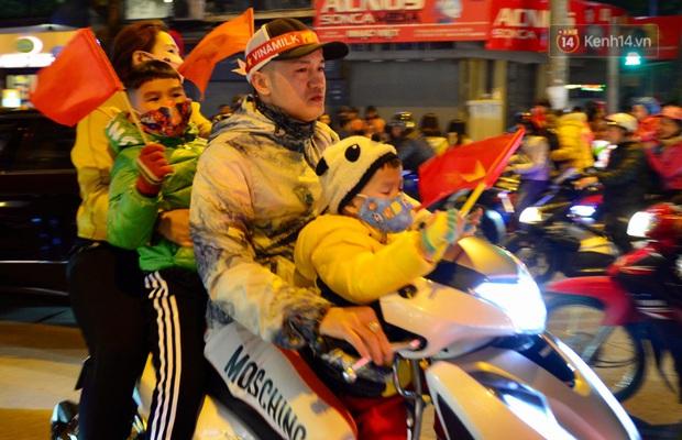 Chùm ảnh: CĐV Hà Nội và Sài Gòn reo hò, kéo nhau ra đường ăn mừng đội tuyển U22 Việt Nam tiến thẳng vào chung kết SEA Games 30 - Ảnh 21.