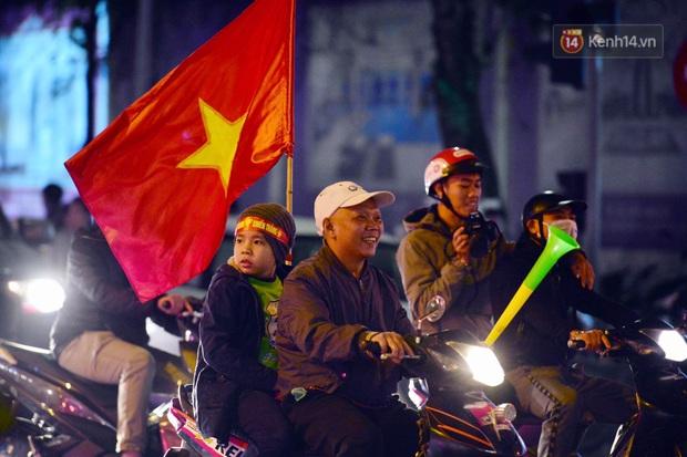 Chùm ảnh: CĐV Hà Nội và Sài Gòn reo hò, kéo nhau ra đường ăn mừng đội tuyển U22 Việt Nam tiến thẳng vào chung kết SEA Games 30 - Ảnh 16.
