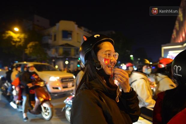 Chùm ảnh: CĐV Hà Nội và Sài Gòn reo hò, kéo nhau ra đường ăn mừng đội tuyển U22 Việt Nam tiến thẳng vào chung kết SEA Games 30 - Ảnh 22.