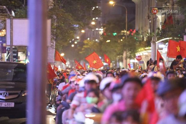 Chùm ảnh: CĐV Hà Nội và Sài Gòn reo hò, kéo nhau ra đường ăn mừng đội tuyển U22 Việt Nam tiến thẳng vào chung kết SEA Games 30 - Ảnh 7.