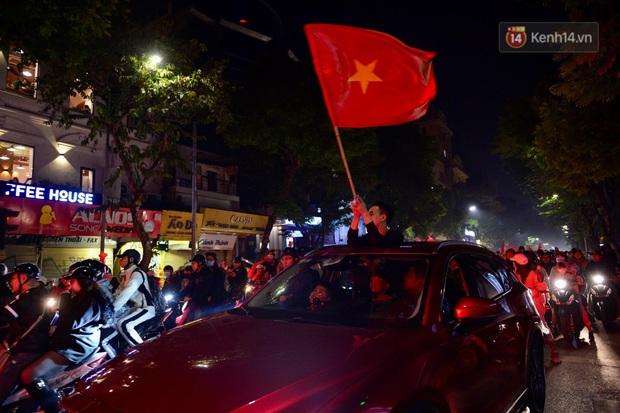Chùm ảnh: CĐV Hà Nội và Sài Gòn reo hò, kéo nhau ra đường ăn mừng đội tuyển U22 Việt Nam tiến thẳng vào chung kết SEA Games 30 - Ảnh 23.