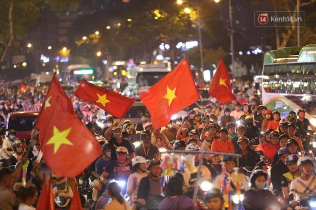 Chùm ảnh: CĐV Hà Nội và Sài Gòn reo hò, kéo nhau ra đường ăn mừng đội tuyển U22 Việt Nam tiến thẳng vào chung kết SEA Games 30 - Ảnh 17.