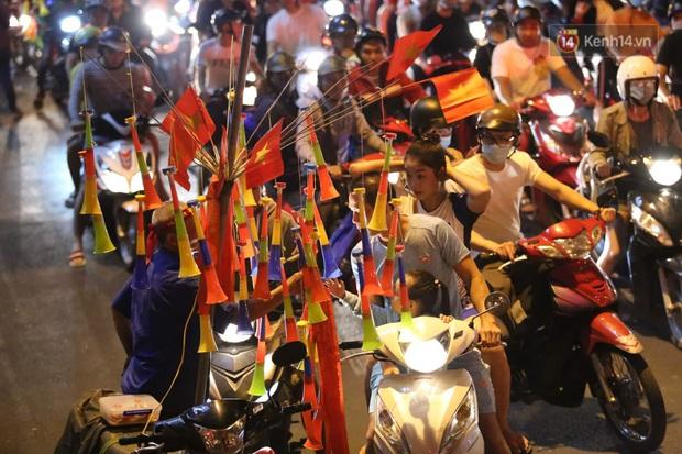 Chùm ảnh: CĐV Hà Nội và Sài Gòn reo hò, kéo nhau ra đường ăn mừng đội tuyển U22 Việt Nam tiến thẳng vào chung kết SEA Games 30 - Ảnh 19.