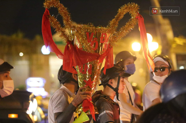 Chùm ảnh: CĐV Hà Nội và Sài Gòn reo hò, kéo nhau ra đường ăn mừng đội tuyển U22 Việt Nam tiến thẳng vào chung kết SEA Games 30 - Ảnh 20.