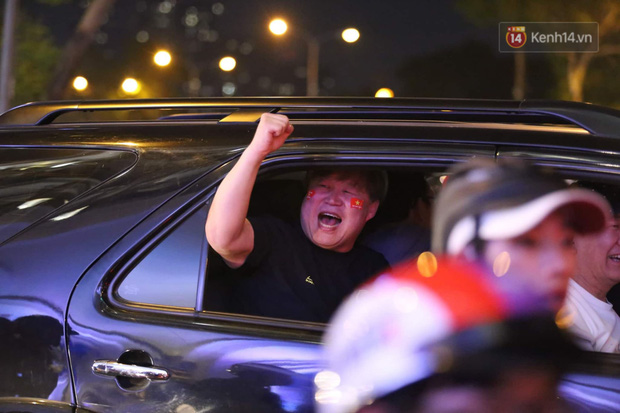 Chùm ảnh: CĐV Hà Nội và Sài Gòn reo hò, kéo nhau ra đường ăn mừng đội tuyển U22 Việt Nam tiến thẳng vào chung kết SEA Games 30 - Ảnh 5.
