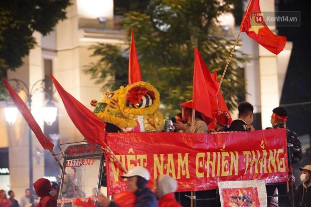 Chùm ảnh: CĐV Hà Nội và Sài Gòn reo hò, kéo nhau ra đường ăn mừng đội tuyển U22 Việt Nam tiến thẳng vào chung kết SEA Games 30 - Ảnh 10.