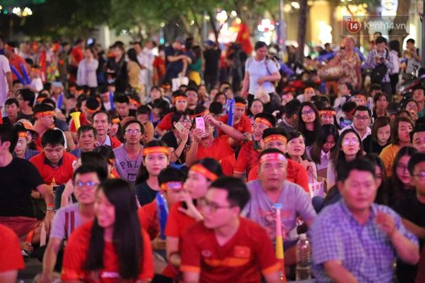 U22 Việt Nam đả bại U22 Campuchia với 4 bàn không gỡ, CĐV sung sướng reo hò: Vô chung kết thôi bà con - Ảnh 1.
