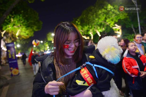 Chùm ảnh: CĐV Hà Nội và Sài Gòn reo hò, kéo nhau ra đường ăn mừng đội tuyển U22 Việt Nam tiến thẳng vào chung kết SEA Games 30 - Ảnh 13.