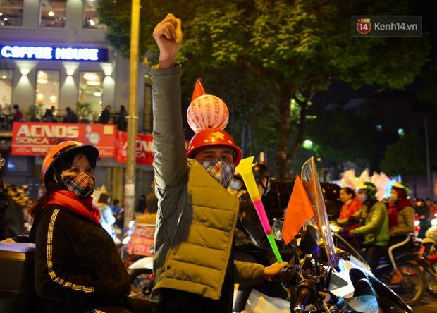 Chùm ảnh: CĐV Hà Nội và Sài Gòn reo hò, kéo nhau ra đường ăn mừng đội tuyển U22 Việt Nam tiến thẳng vào chung kết SEA Games 30 - Ảnh 24.