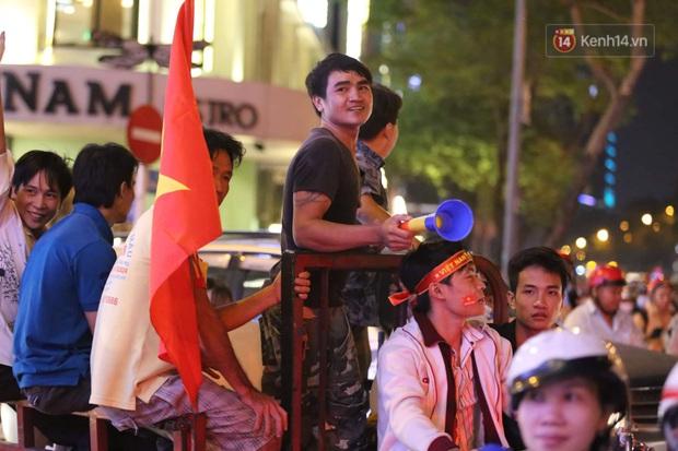 Chùm ảnh: CĐV Hà Nội và Sài Gòn reo hò, kéo nhau ra đường ăn mừng đội tuyển U22 Việt Nam tiến thẳng vào chung kết SEA Games 30 - Ảnh 6.