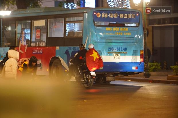Chùm ảnh: CĐV Hà Nội và Sài Gòn reo hò, kéo nhau ra đường ăn mừng đội tuyển U22 Việt Nam tiến thẳng vào chung kết SEA Games 30 - Ảnh 12.