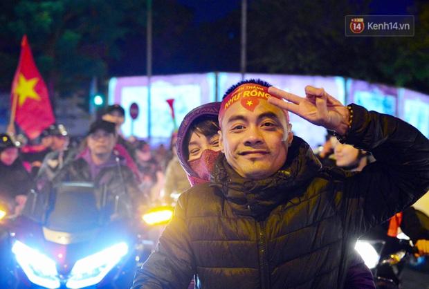 Chùm ảnh: CĐV Hà Nội và Sài Gòn reo hò, kéo nhau ra đường ăn mừng đội tuyển U22 Việt Nam tiến thẳng vào chung kết SEA Games 30 - Ảnh 15.