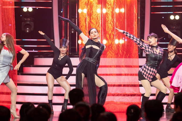 Kill This Love phiên bản đô con: BB Trần Jennie siêu thần thái, Hải Triều Jisoo chẳng hát câu nào còn main dancer Lisa thì loạng choạng trên sân khấu - Ảnh 5.