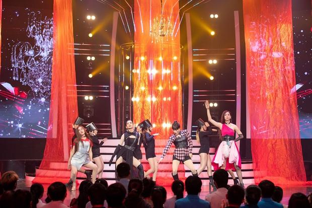 Kill This Love phiên bản đô con: BB Trần Jennie siêu thần thái, Hải Triều Jisoo chẳng hát câu nào còn main dancer Lisa thì loạng choạng trên sân khấu - Ảnh 4.