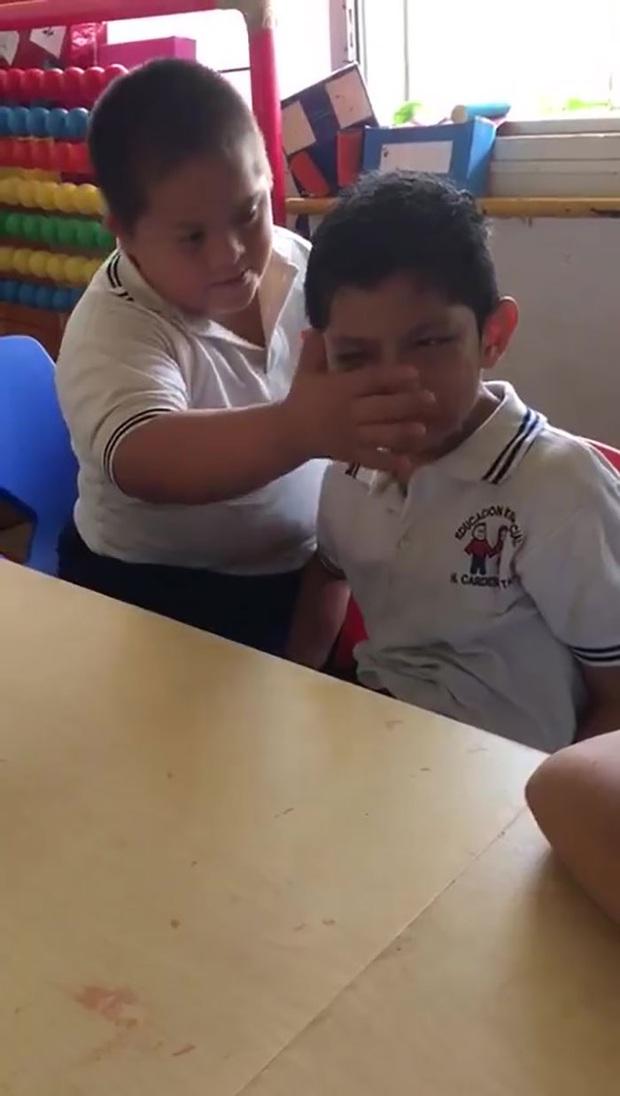 boy-down-syndrome-crying-classmate-autism-video-2-5de9444b102e6700-15757124957671640719409.jpg