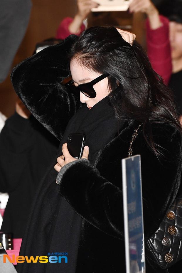 Quân đoàn sao Hàn đổ bộ sân bay: Jihyo có biểu hiện đáng lo hậu tin đồn chia tay, Krystal sang chảnh ngút ngàn - Ảnh 11.