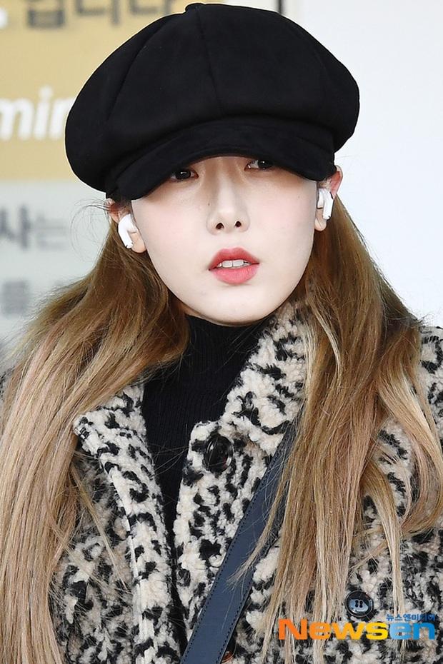 Quân đoàn sao Hàn đổ bộ sân bay: Jihyo có biểu hiện đáng lo hậu tin đồn chia tay, Krystal sang chảnh ngút ngàn - Ảnh 25.