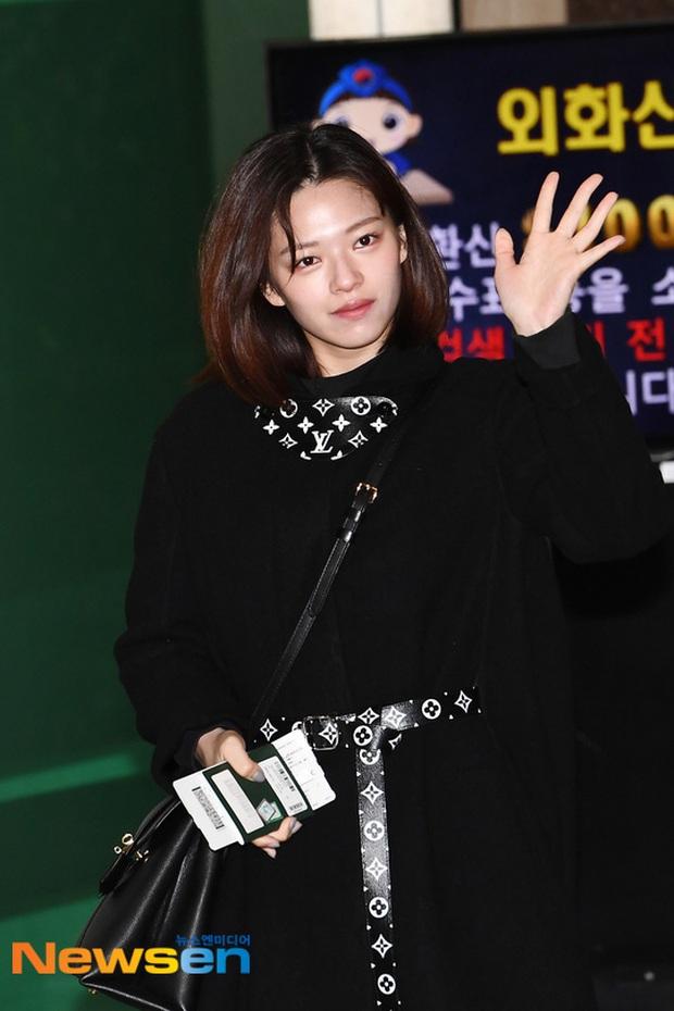 Quân đoàn sao Hàn đổ bộ sân bay: Jihyo có biểu hiện đáng lo hậu tin đồn chia tay, Krystal sang chảnh ngút ngàn - Ảnh 3.