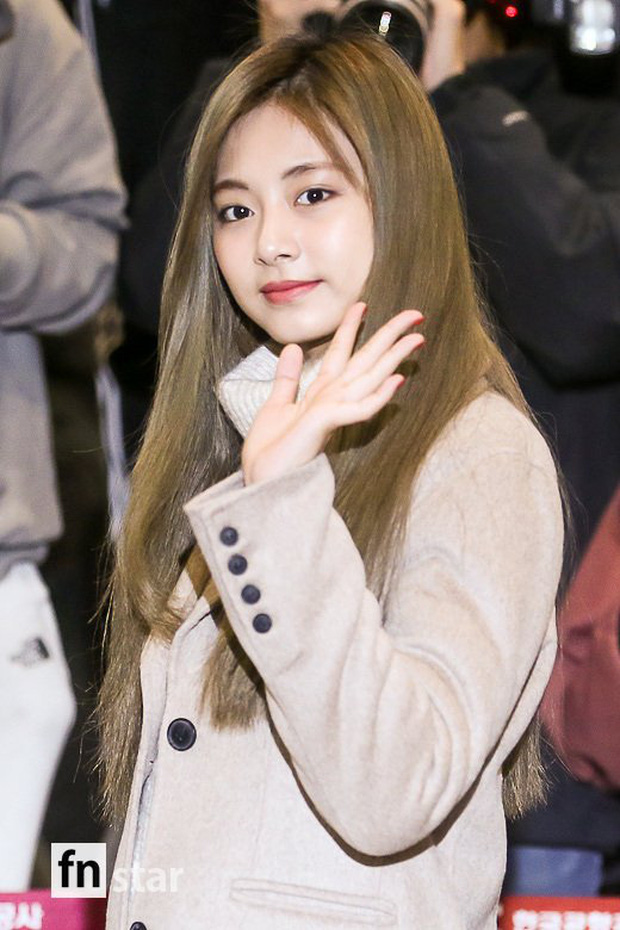 Quân đoàn sao Hàn đổ bộ sân bay: Jihyo có biểu hiện đáng lo hậu tin đồn chia tay, Krystal sang chảnh ngút ngàn - Ảnh 4.