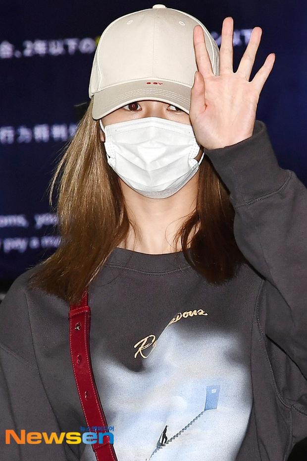Quân đoàn sao Hàn đổ bộ sân bay: Jihyo có biểu hiện đáng lo hậu tin đồn chia tay, Krystal sang chảnh ngút ngàn - Ảnh 5.