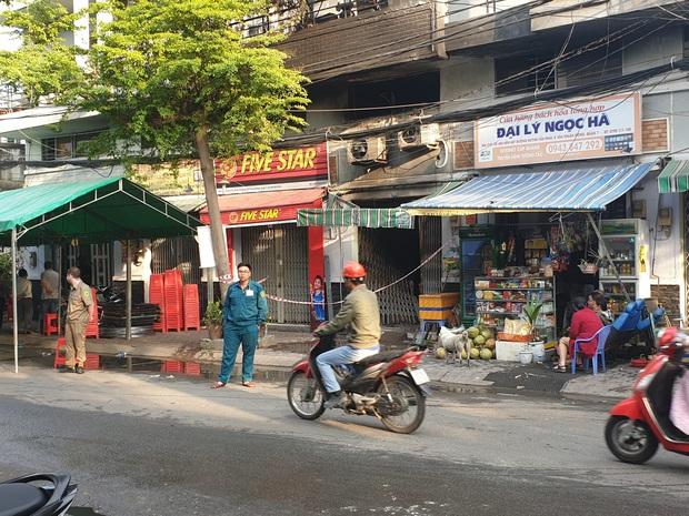 Vụ 2 người phụ nữ cùng 1 cháu bé tử vong trong vụ cháy nhà lúc rạng sáng ở Sài Gòn: Do khoá nhiều ổ khoá bên trong - Ảnh 1.