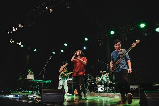 Liveshow đầu đời của Chillies Band: Đi qua mọi cung bậc tình yêu từ chiếc app hẹn hò Tinder đến Và thế là hết - Ảnh 1.