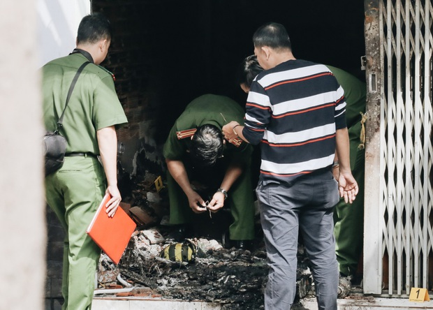 Người cha đứng lặng người trước hiện trường ngôi nhà cháy ở Sài Gòn khi biết 2 con gái và cháu 1 tuổi tử vong - Ảnh 6.
