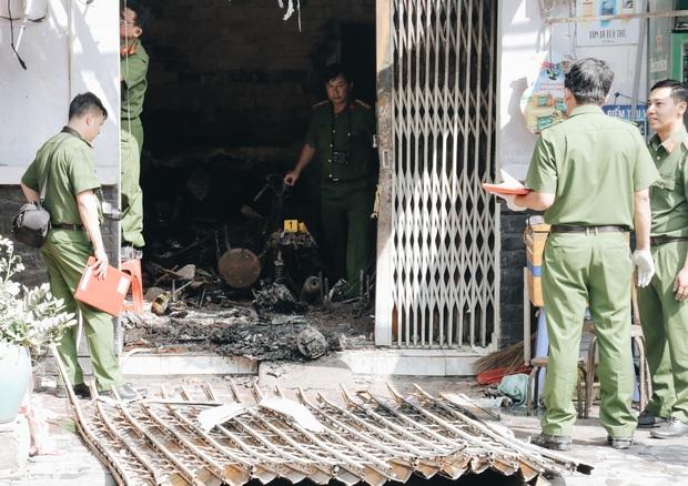 Người cha đứng lặng người trước hiện trường ngôi nhà cháy ở Sài Gòn khi biết 2 con gái và cháu 1 tuổi tử vong - Ảnh 5.