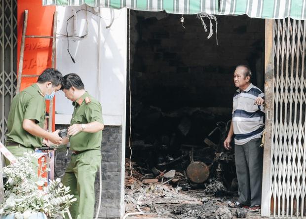 Người cha đứng lặng người trước hiện trường ngôi nhà cháy ở Sài Gòn khi biết 2 con gái và cháu 1 tuổi tử vong - Ảnh 9.