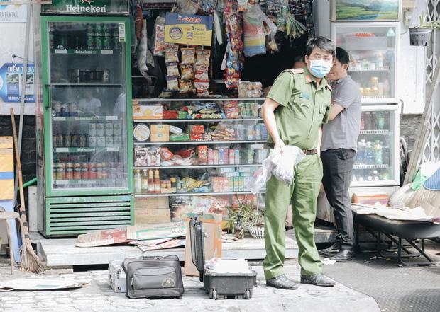 Người cha đứng lặng người trước hiện trường ngôi nhà cháy ở Sài Gòn khi biết 2 con gái và cháu 1 tuổi tử vong - Ảnh 8.