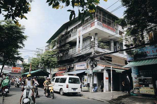 Người cha đứng lặng người trước hiện trường ngôi nhà cháy ở Sài Gòn khi biết 2 con gái và cháu 1 tuổi tử vong - Ảnh 1.