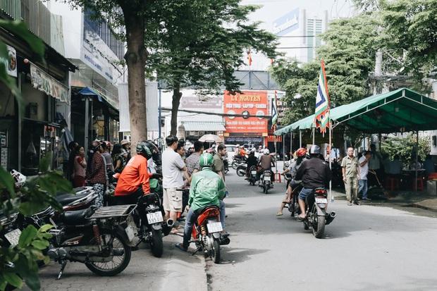 Người cha đứng lặng người trước hiện trường ngôi nhà cháy ở Sài Gòn khi biết 2 con gái và cháu 1 tuổi tử vong - Ảnh 2.