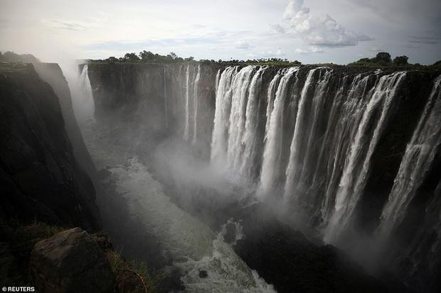 Sốc nặng khi Victoria - thác nước lớn nhất thế giới cạn khô vì hạn hán - Ảnh 1.