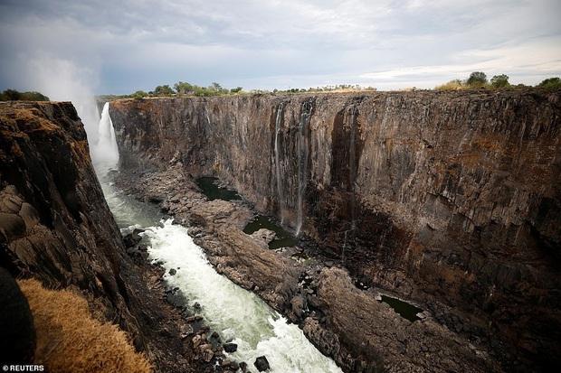 Sốc nặng khi Victoria - thác nước lớn nhất thế giới cạn khô vì hạn hán - Ảnh 2.