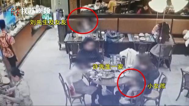 Thân mật ngay giữa nhà hàng khiến đứa trẻ nhỏ khó chịu ra mặt, cặp tình nhân bị tấn công vì lời phản bác đáng giận - Ảnh 1.