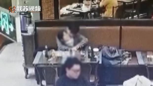 Thân mật ngay giữa nhà hàng khiến đứa trẻ nhỏ khó chịu ra mặt, cặp tình nhân bị tấn công vì lời phản bác đáng giận - Ảnh 2.
