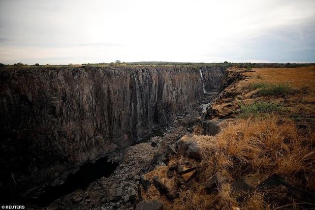 Sốc nặng khi Victoria - thác nước lớn nhất thế giới cạn khô vì hạn hán - Ảnh 3.