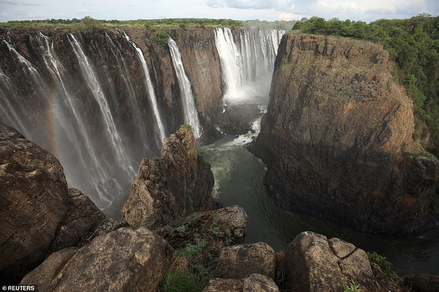 Sốc nặng khi Victoria - thác nước lớn nhất thế giới cạn khô vì hạn hán - Ảnh 4.