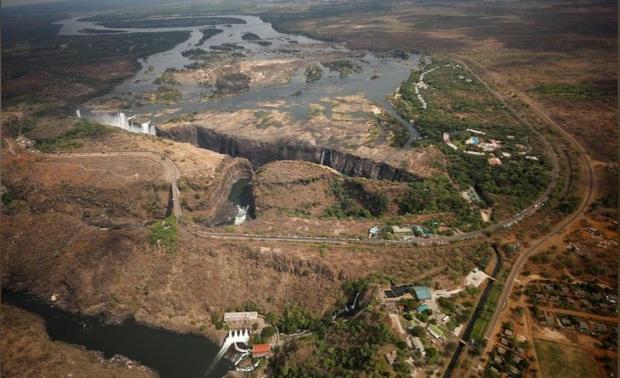 Sốc nặng khi Victoria - thác nước lớn nhất thế giới cạn khô vì hạn hán - Ảnh 6.