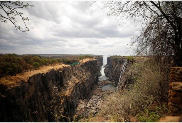Sốc nặng khi Victoria - thác nước lớn nhất thế giới cạn khô vì hạn hán - Ảnh 7.