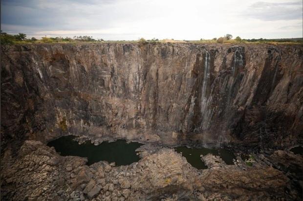 Sốc nặng khi Victoria - thác nước lớn nhất thế giới cạn khô vì hạn hán - Ảnh 8.
